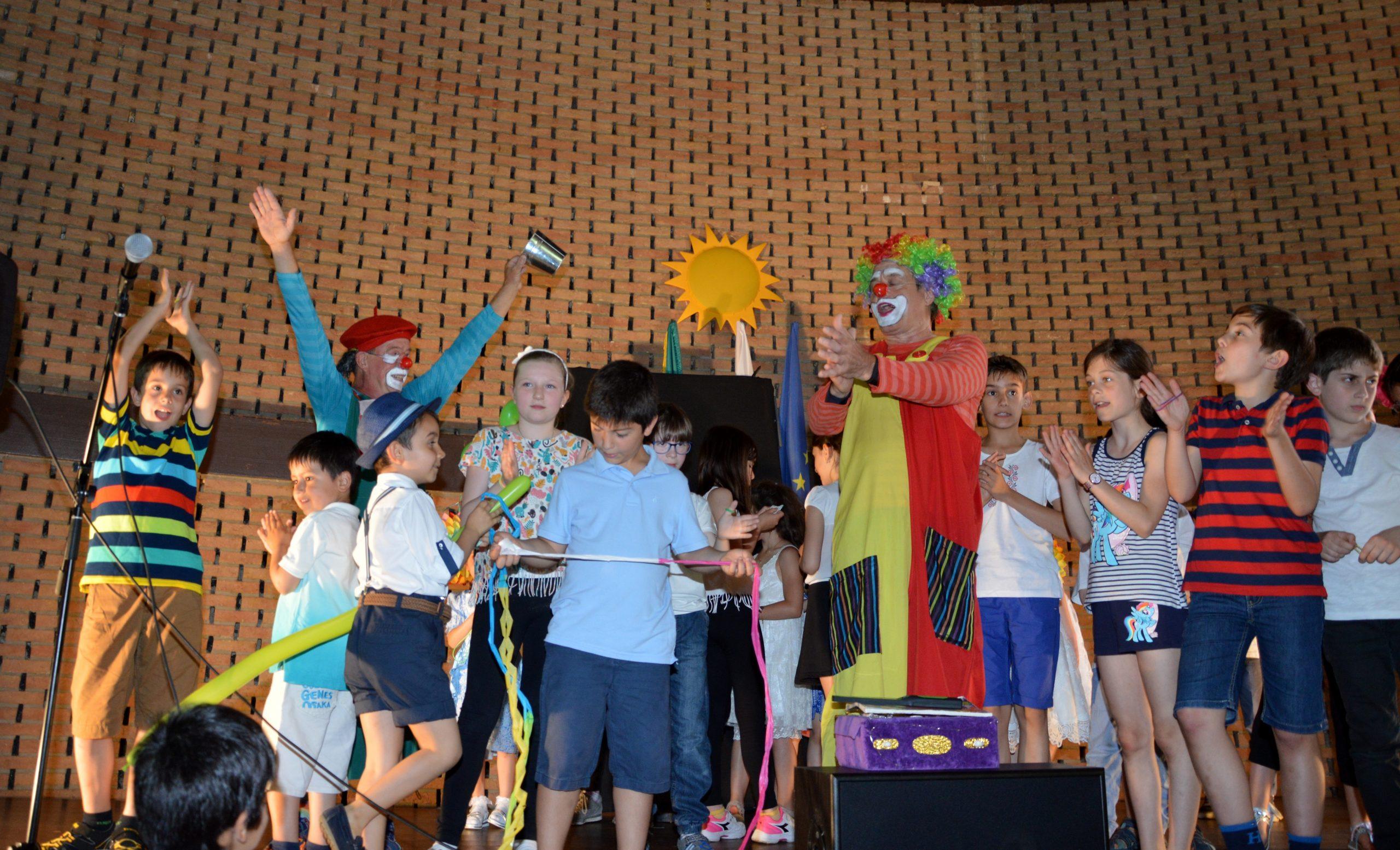 Klouni i deca na scenata